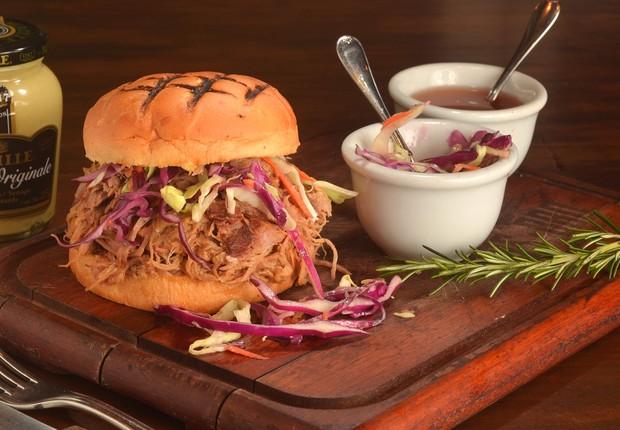 O sanduíche Pulled Pork do BOS BBQ que será servido durante a Sanduweek: corte suíno Boston Butt servido com vinagrete a base de tomate e pimenta cayenne, além de salada cole slaw (Foto: Divulgação)