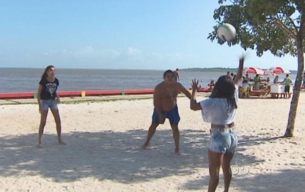 Macapaenses aproveirando o verão na Fazendinha (Foto: Reprodução/TV Amapá)