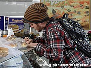 Sidney deixa um bilhete para Tuninho dizendo que paga depois (Foto: Malhação / TV Globo)