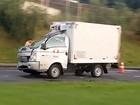 Caminhão dá marcha à ré para não 'entalar' em pontilhão e causa acidente