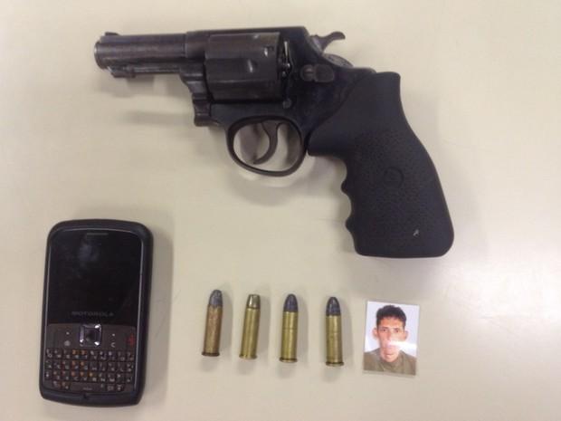Menor foi apreendido com pistola, munições e o celular da vítima. Foto de um dos suspeitos que fugiram também foi encontrada  (Foto: Divulgação/Pmerj)