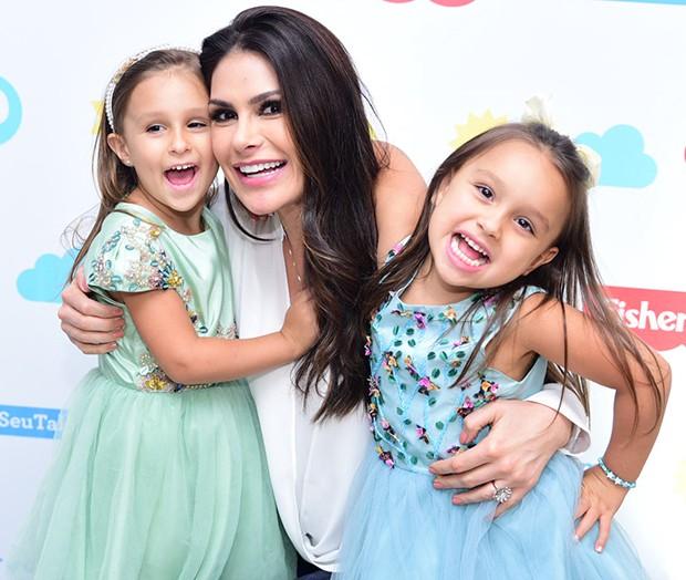 Natália Guimarães com as filhas, Kiara e Maya (Foto: Leo Franco / AgNews)