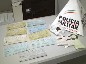Pm apreendeu cheques com trio suspeito de roubo (Foto: Reprodução/TV Integração)