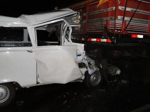 Kombi entrou na traseira de um caminhão na rodovia ERS-324 (Foto: Ronaldo Poletto/Rádio Alvorada)