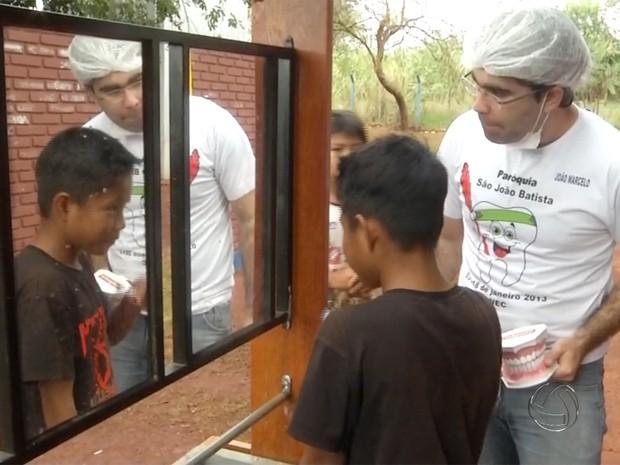 Universitários atendem índios em trabalho voluntário de saúde em Dourados (Foto: Reprodução/TV Morena)