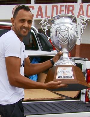 Zagueiro Adinaldo recebeu troféu de vice-campeão do Módulo II em nome de jogadores do Tricordiano (Foto: Reprodução EPTV)