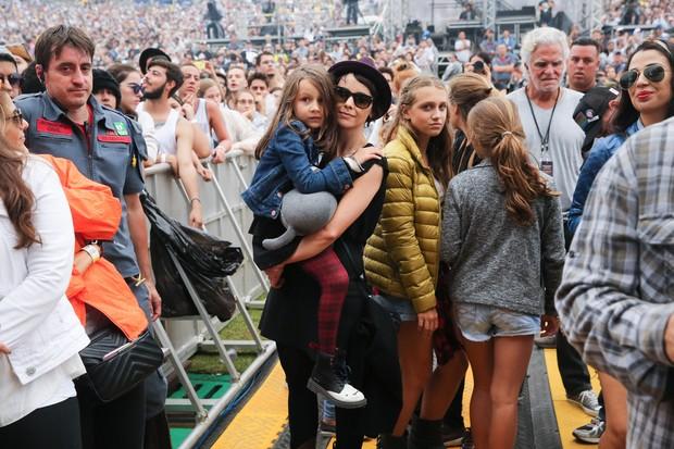 Débora Falabella com a filha, Nina, no Lollapalooza (Foto: Manuela Scarpa e Rafael Cusato/Brazil News)