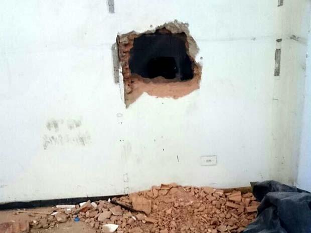 Trio quebrou parede de banco com marreta para tentar furtar cofre em Rio das Pedras (Foto: Polícia Militar/Divulgação)
