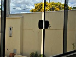 Polícia recomenda que janelas sem grades sejam reforçadas com travas internas (Foto: Tatiane Queiroz/ G1MS)