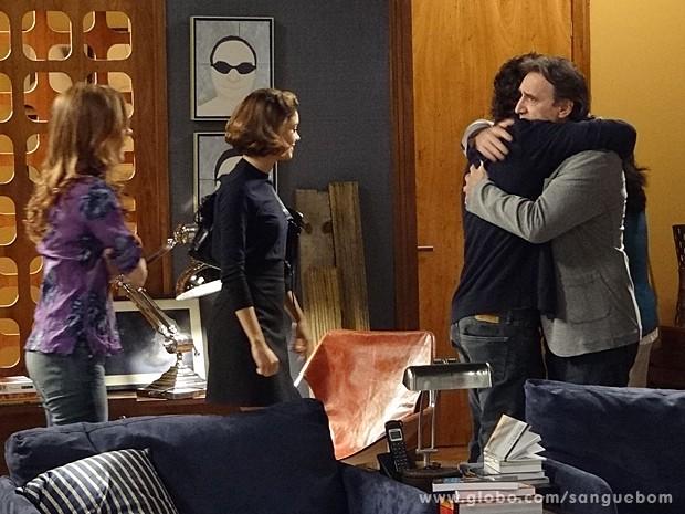 Plínio abraça Bento e não segura emoção (Foto: Sangue Bom/TV Globo)