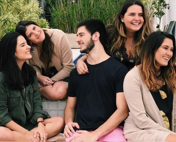 Laura, Beatriz e Vinícius Bonemer recriam foto da infância com amigos (Foto: Reprodução/Instagram)