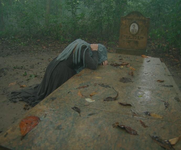 Lívia chora sobre o túmulo de Bernardo, desesperada (Foto: TV Globo)