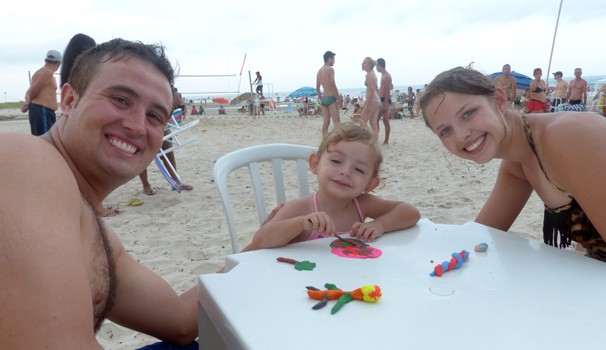 Maria Clara veio para a praia com o papai Tiago e a mamãe Renata. Ela se divertiu na oficina de massinha (Foto: Divulgação/ RPC)