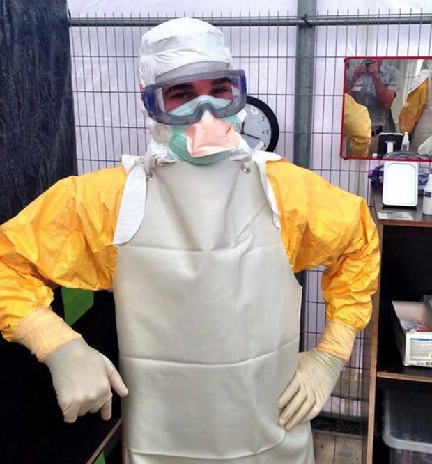 Foto mostra médico Craig Spencer com traje de proteção contra ebola (Foto: Reprodução/Facebook/Craig Spencer)