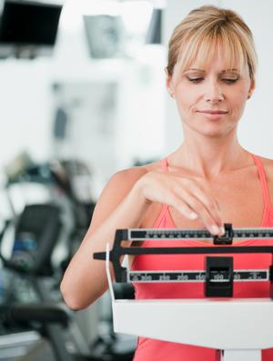 Mulher balança dieta euatleta (Foto: Getty Images)