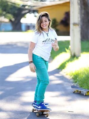 Com prótese na perna esquerda, Bekah Costa pode até andar de skate (Foto: Divulgação)
