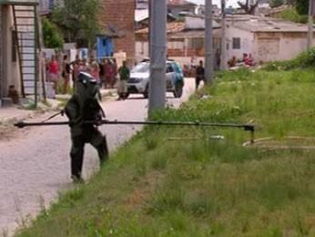 Soldado com uma roupa de proteção que pesa mais de 40kg ficou encarregado de retirar bomba (Foto: Reprodução/ TV Globo)