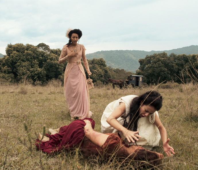 Joaquina se desespera ao encontrar Virgínia ferida e desacordada (Foto: TV Globo)