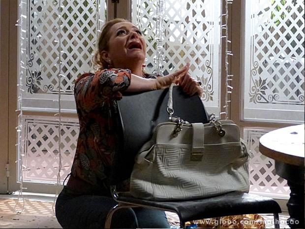 Maura fica desesperada ao ver sua casa toda detonada depois da festa (Foto: Malhação / TV Globo)