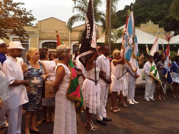 Sambistas se reuniram para alvorada desde as primeiras horas da manhã (Foto: Rosana Valle / TV Tribuna)