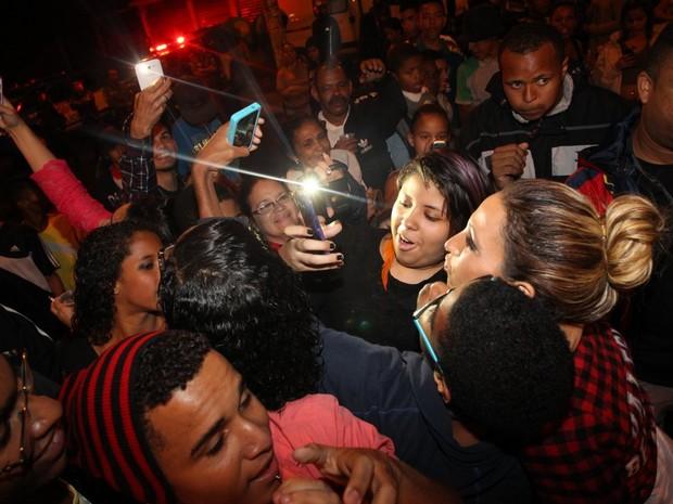 Valesca Popozuda posa com fãs antes de show no Complexo do Alemão, no Rio (Foto: Francisco Silva/ Ag. News)