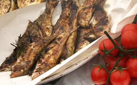 Peixe na brasa com legumes grelhados