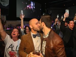 Gays celebram a decisão da Assembleia de Illinois nesta terça-feira (5) em Chicago (Foto: AFP)