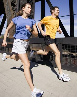 Homem e mulher correndo corrida euatleta (Foto: Getty Images)