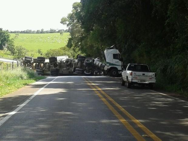 Um dos caminhões ficou atravessado na pista (Foto: Arquivo Pessoal/ Thalia Ribas)