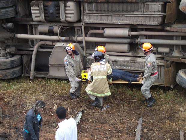 Cera de 30 pessoas ficaram feridas em acidente em Itaperuna e duas morreram (Foto: Renato Freitas / RF iTAPERUNA)