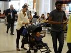 Taís Araújo e Lázaro Ramos embarcam com o filho em aeroporto