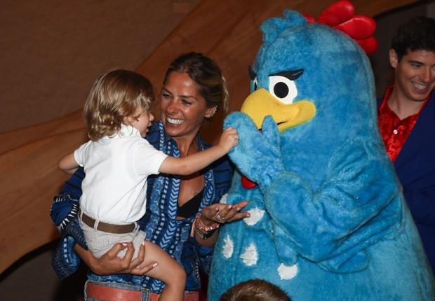 Galisteu leva o filho para conhecer a Galinha Pintadinha (Foto: Manuela Scarpa/Foto Rio News)