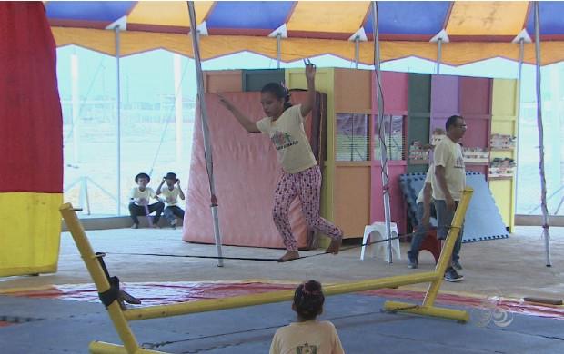 Crianças aprendem a arte circense em Macapá (Foto: Amapá TV)