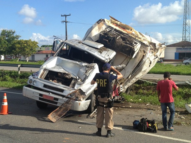 Caminhão tombou na BR-230, segundo PRF (Foto: Walter Paparazzo/G1)