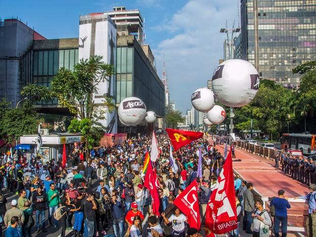 Professores em greve fazem assembleia no vão livre do Masp, na Avenida Paulista, em São Paulo (Foto: Cris Faga/Fox Press Photo/Estadão Conteúdo)