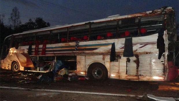 Ônibus, que saia de Foz, ia para São Paulo. Acidente aconteceu na região de Bandeirantes (Foto: Reprodução)