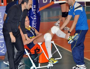 mari volei joelho machucado (Foto: Reprodução/Voleybol X)