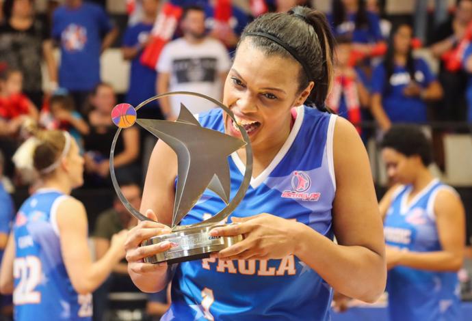 Kelly Santos, pivô, foi eleita a MVP do Jogo das Estrelas (Foto: LBF)