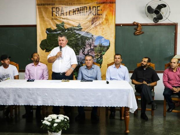 Bispo da Diocese de Ji-Paraná participa do lançamento da Campanha da Fraternidade 2017 ao lado de autoridades do município (Foto: Diocese de Ji-Paraná /Divulgação)