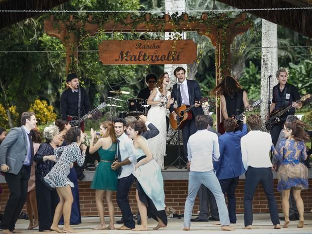 Laura e Caíque dão show em casamento e cantam juntos (Foto: Raphael Dias/ Gshow)
