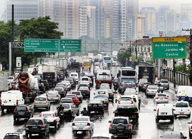 No dia 11 de novembro deste ano, a chuva intensa causou um grande congestionamento na MArginal Pinheiros. A foto mostra a vista da altura da ponte Euzebio Matoso (Foto: André Lessa/Estadão Conteúdo)
