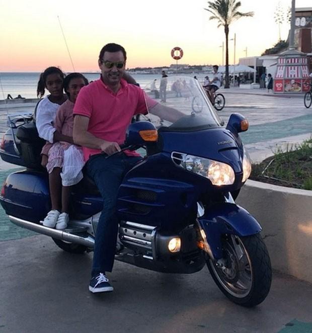 Laura e Maria passeiam de moto por Estoril (Foto: Reprodução)