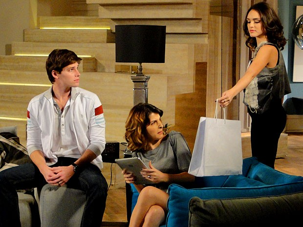 Olha a cara da Isadora! A patricinha não curtiu o presente de Cida (Foto: Cheias de Charme / TV Globo)