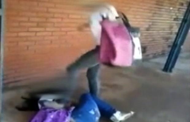 Aluna agride estudante por ciumes de ex-namorado em Itumbiara, Goiás (Foto: Reprodução/TV Anhanguera)