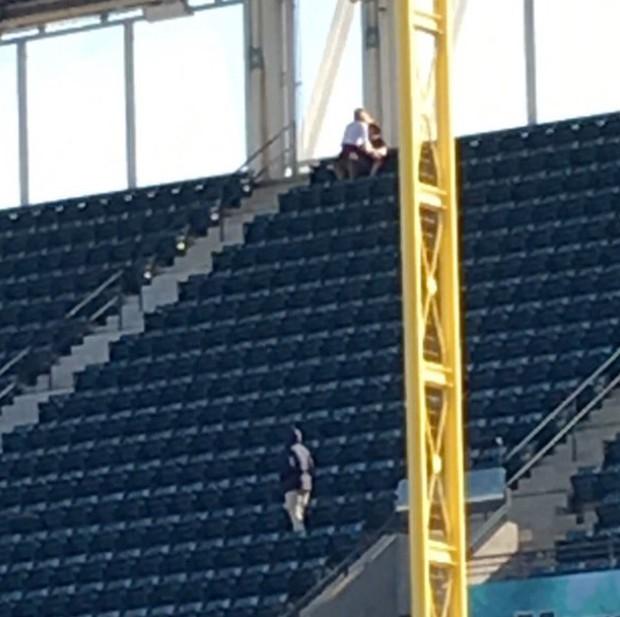 Casal teria supostamente feito sexo na arquibancada durante um jogo de beisebol (Foto: Reprodução/Twitter/Savannah3marie )