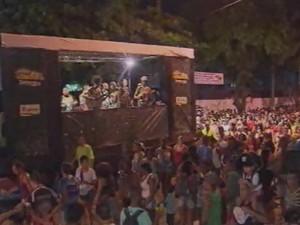 Banda do Jabaquara pelas ruas de Santos (Foto: Reprodução/TV Tribuna)