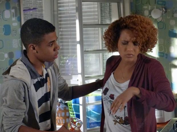 Verônica passa mal e Vicente a ampara  (Foto: Geração Brasil/ TV Globo)