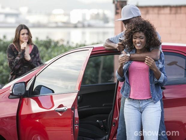 Luiza fica desesperada ao ver a amiga em perigo (Foto: Inácio Moraes / TV Globo)