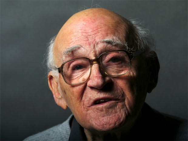 O sobrevivente de Auschwitaz Laszlo Bernath, de 87 anos, posa para a agência Reuters em Budapeste (Foto: Laszlo Balogh/Reuters)