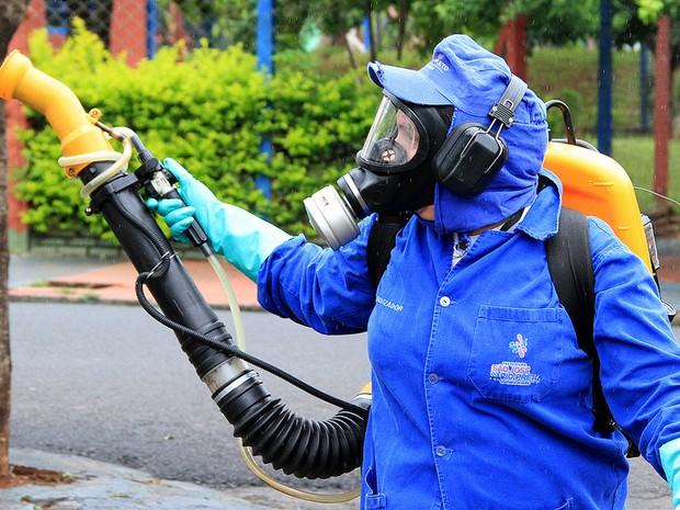 Agente nebulizador visita casa em Rio Preto  (Foto: Sergio Menezes/Divulgação)